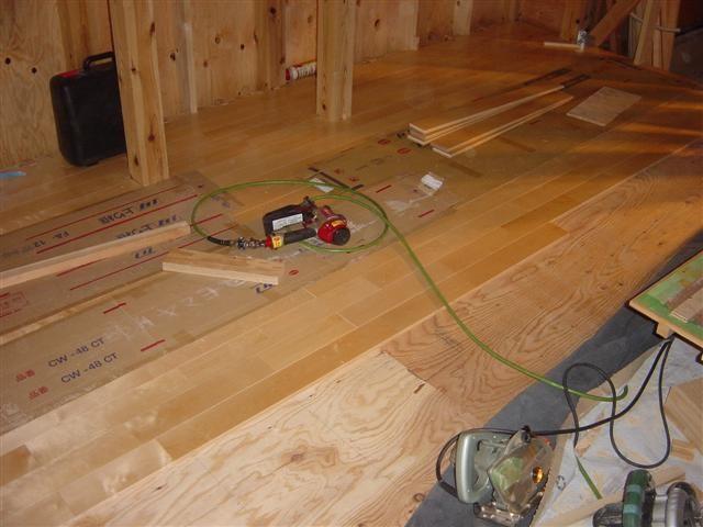 床貼り作業中、床の感じ分かりますか?やはり無垢材は質感は良いですね!