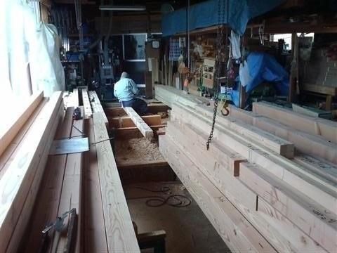 作業場では家の骨組みを加工中、1本1本、心を込めて作業します。