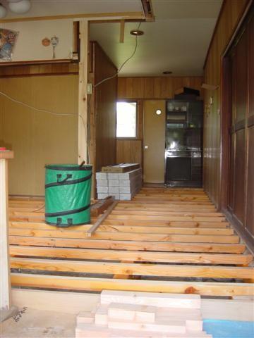 古い床をはいで、根太を入れ直しました。