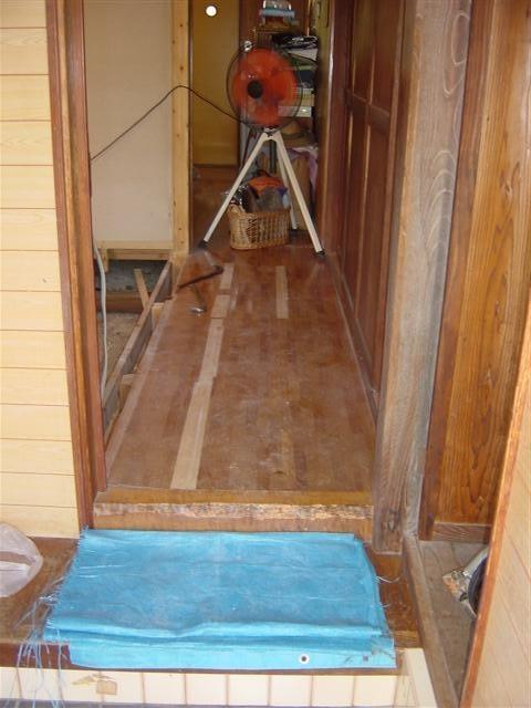 玄関からの写真です。左側に大接間がありました。解体、床張りをします