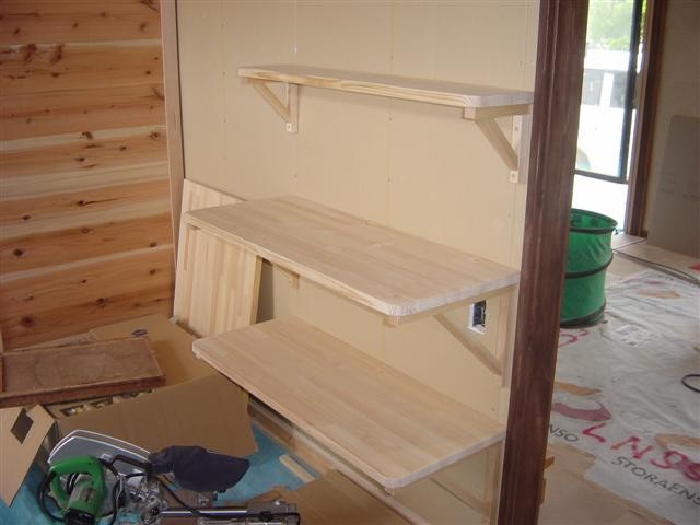キッチンの壁に電子レンジなどの電化製品を置く棚を作りました。