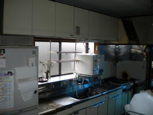 出窓の上にあるのは食器洗い乾燥器です。新しいキッチンには組みこまれています!