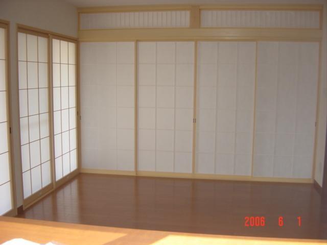 リビングと和室は障子で区切ります。洋風の中の和風は一層家を引き立てます。