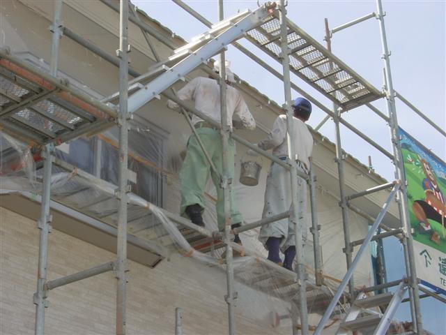 塗装屋さん、屋根の鼻隠し板と軒天を塗装中。