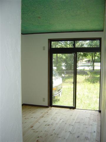 子供部屋です。サッシは上部小窓付、夏は少し開けておけば涼しいです。