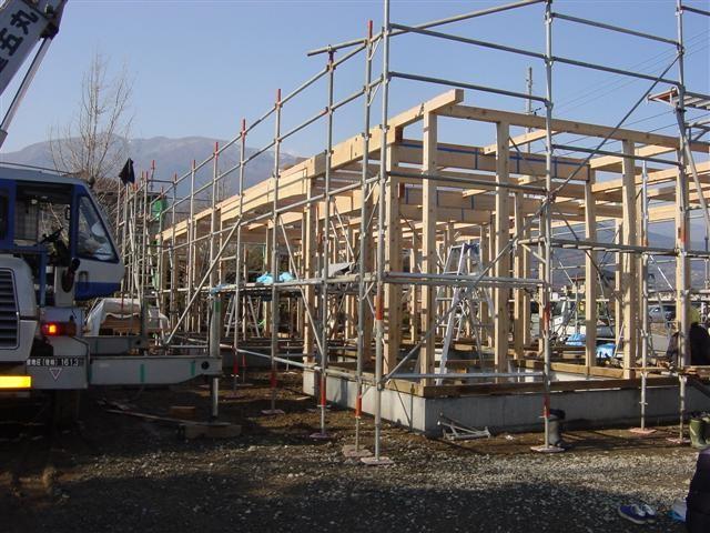 建て方作業!柱と梁・桁を組終えました。家の形が見えてきました。