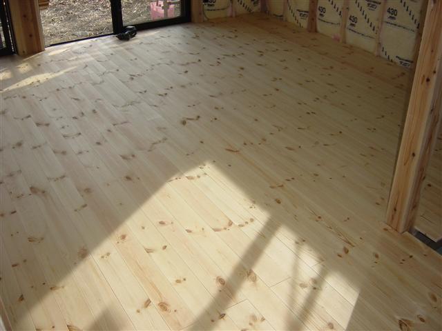パインの床材貼り終えました、いかがですか?