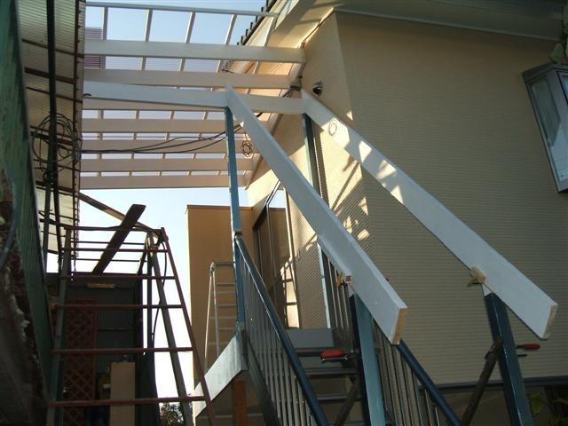 新設アルミ階段にも屋根材の受け木を取り付け。