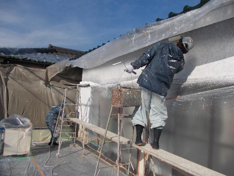 ローラーを使って、表面を押える作業中、ガンバレ塗装屋さん!