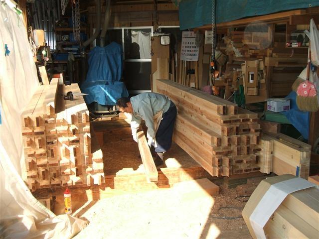 洋室の柱を加工中。