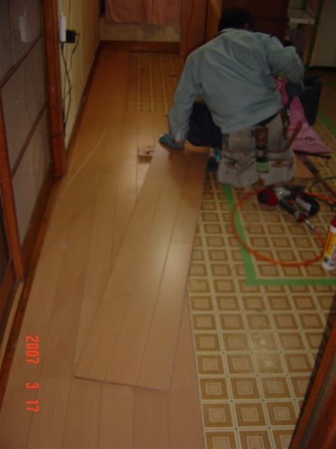 台所の床張り施工風景、もとの床の上に新しい床材を張ります。断熱性もアップします。
