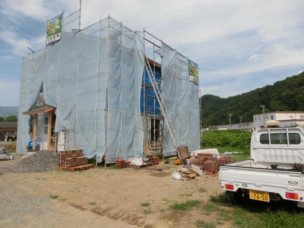 外では屋根屋さんが、瓦屋根工事を始めています。