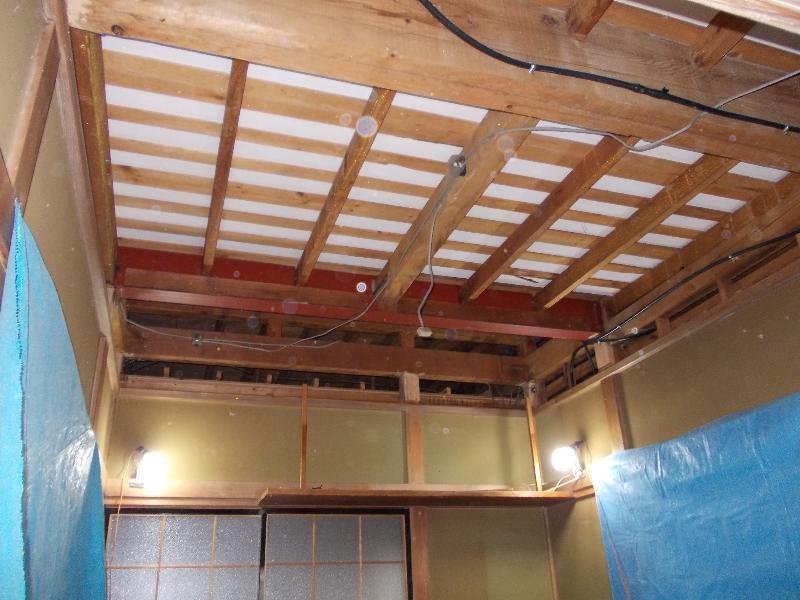 天井板は古く、少し下がっていたので、古い天井を取り除き、新たに天井下地を作り直します。