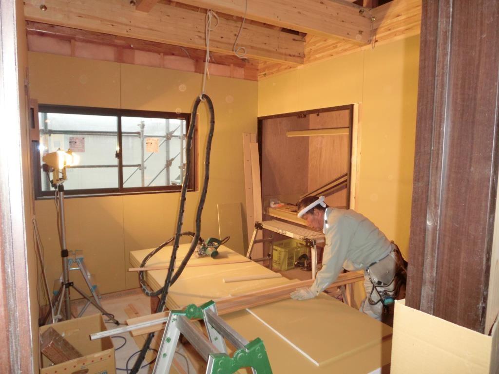壁ボード貼り作業、順調ですよ。