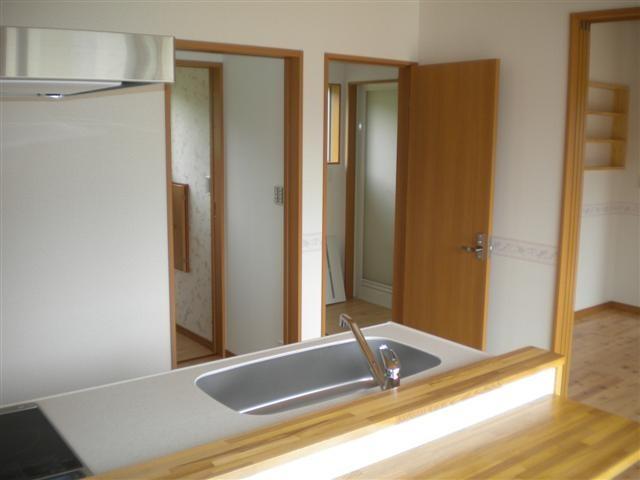 奥様のスペース、キッチン近くには洗濯機がある脱衣場があります。