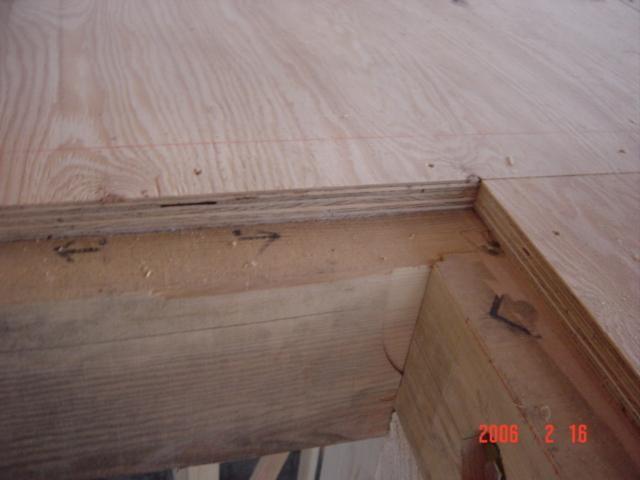 2階の床板下地には24㎜の合板を敷きます、住宅がねじれるのを防ぐ効果があります。