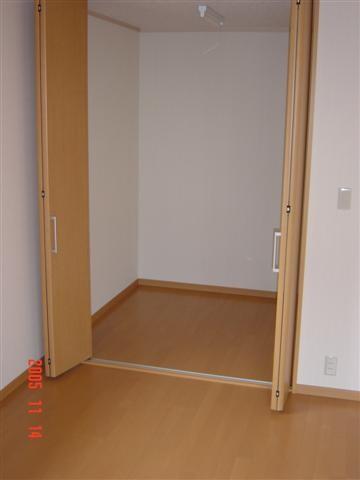 寝室には広めの収納を、和ダンスが2本入るスペースです。