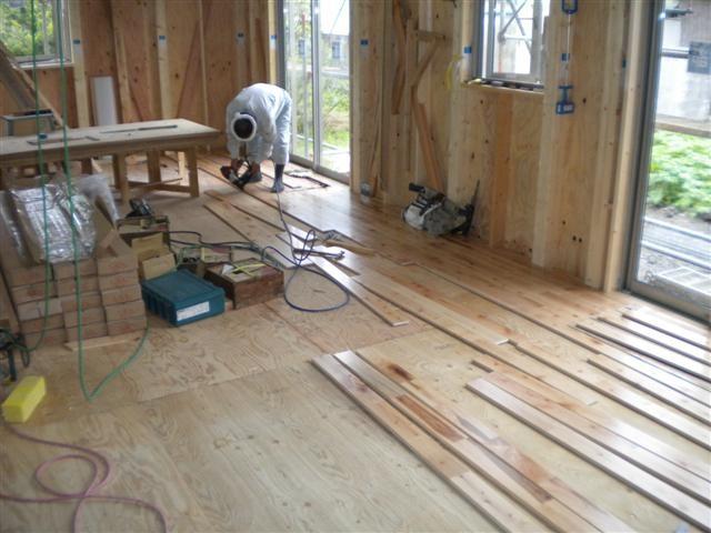 荒床を貼り終えて、いよいよ床板を貼り始めました!