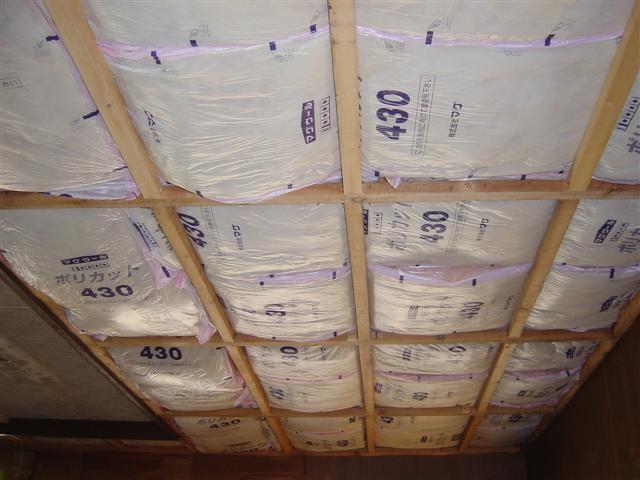 天井に断熱材が入っていなかったので、断熱材を入れます。