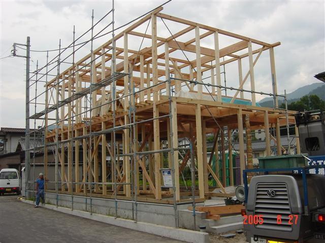 1階と2階を組み終えました!家の形が見えてきました。