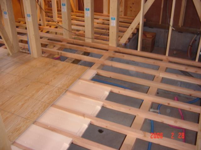 1階の床下地は12mmの合板を敷きその下には床用断熱材を。