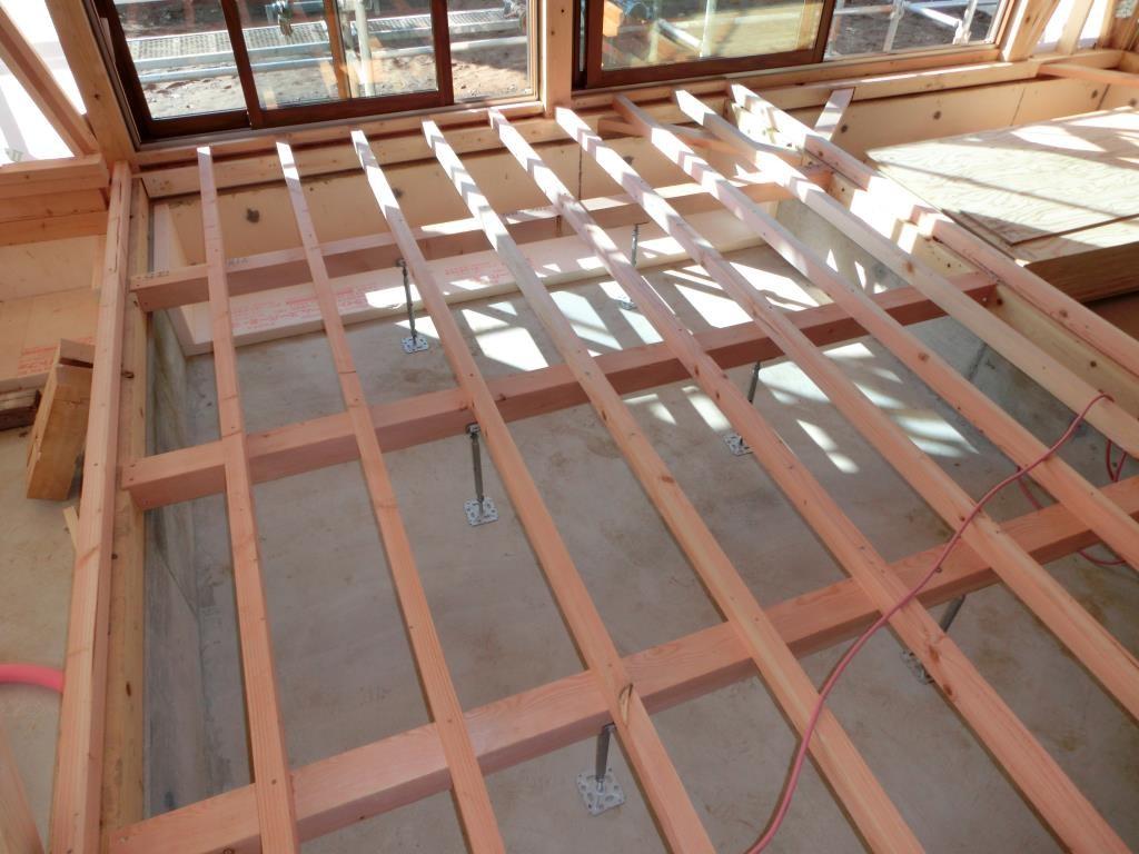 屋内では床組作業、しっかり水平に組まれてます。