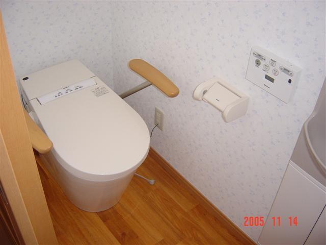 トイレは肘掛付です。おじいちゃん、おばあちゃんが使いやすい様に。