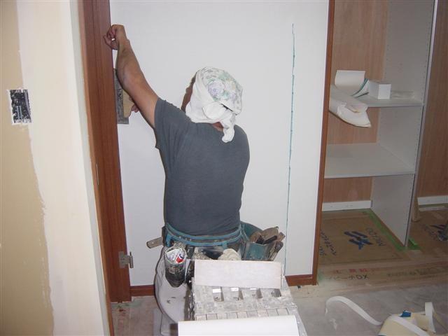 今度は子供部屋の壁です!キレイに切れ目なく壁紙を貼って行きます。さすがです!