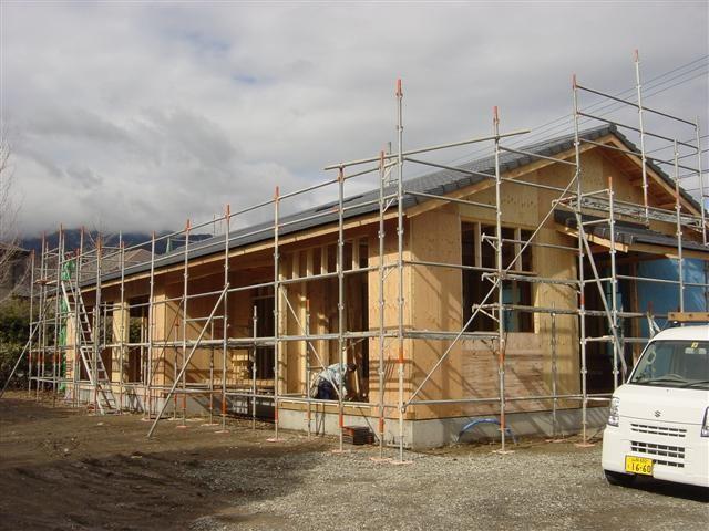 瓦がのりました!外周りに構造用合板を張り、地震にも強い住宅を目指します!