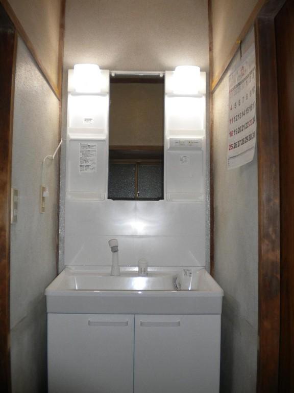 新しい洗面化粧台は以前よりも大きいですよ!水が周りにこぼれる心配はありません。