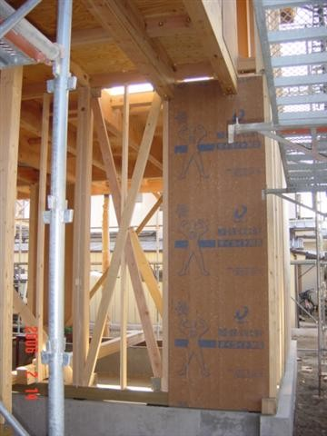 住宅を地震に耐える様に入れる耐力壁、ダイライトと筋交いを併用して使い、しっかりとバランスを保ちます。