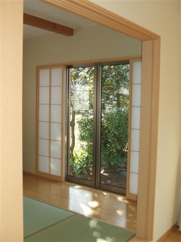 和室は畳だけではなく、板畳があります。日差しで畳が焼けるのを防いだり、物を置くのに床の方が良いですよね。
