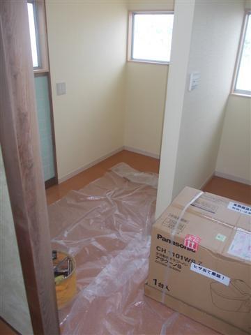 壁紙も貼り終わり、設備屋さんがトイレ器具を取付ます。