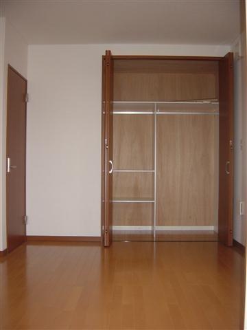 2階子供部屋クローゼットはハンガーパイプと収納棚