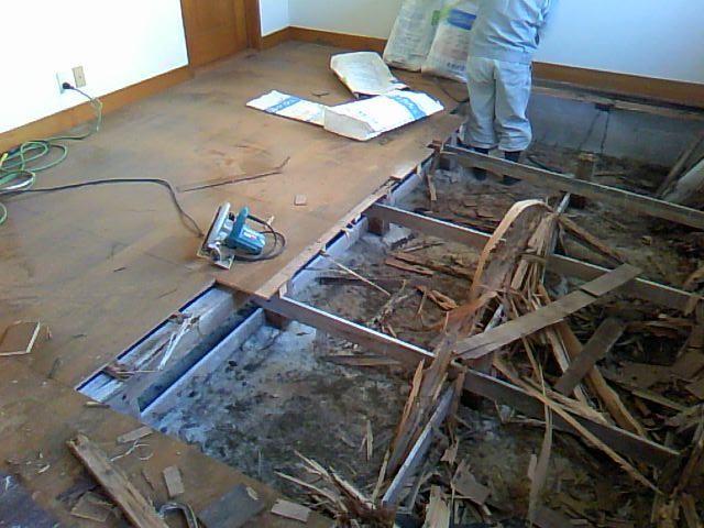 床板と床を支える木材を解体、撤去作業中です。シロアリに食われていてボロボロでした・・・