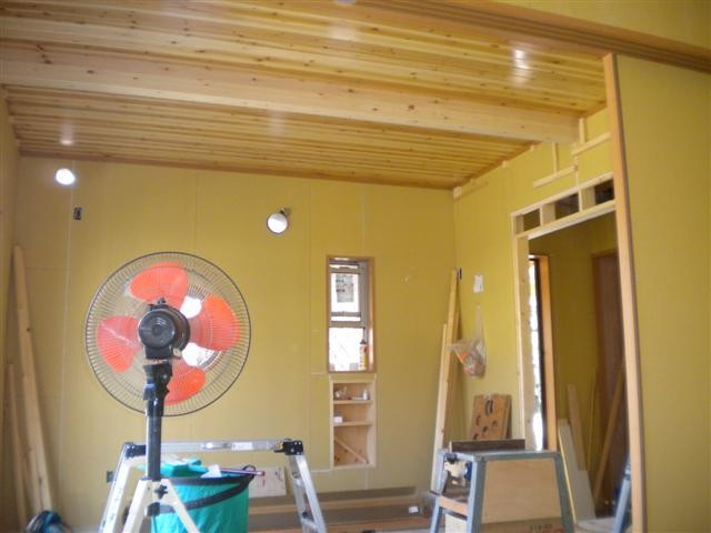 キッチン天井貼り完了!部屋の天井は、すべて杉板ですよ。年月が経つほど味の出る天井です。