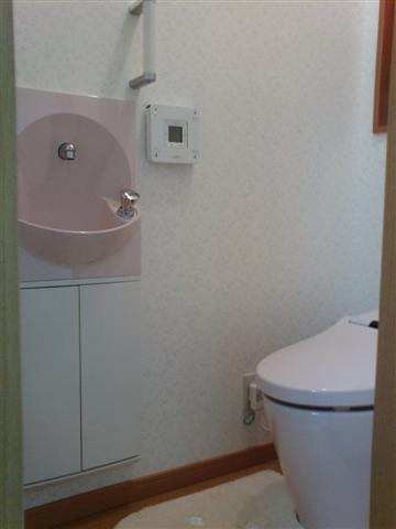 トイレには使い易い様に、手洗いを付けました。ピンク色がカワイイ感じです。