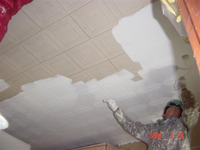 壁はクロスを張替え、天井は塗装屋さんに縫ってもらって「コスト削減」、これがビックリするくらい綺麗になるんです!