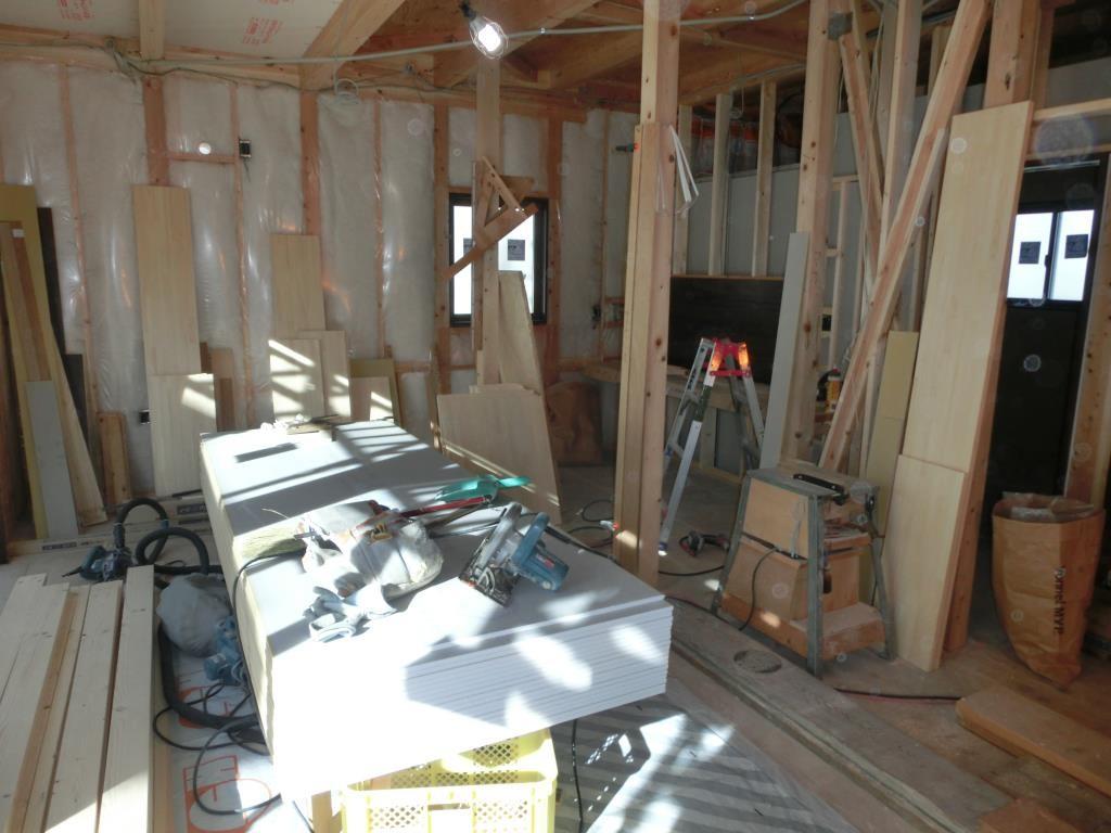1階、断熱材入れ作業完了、次の作業へ。