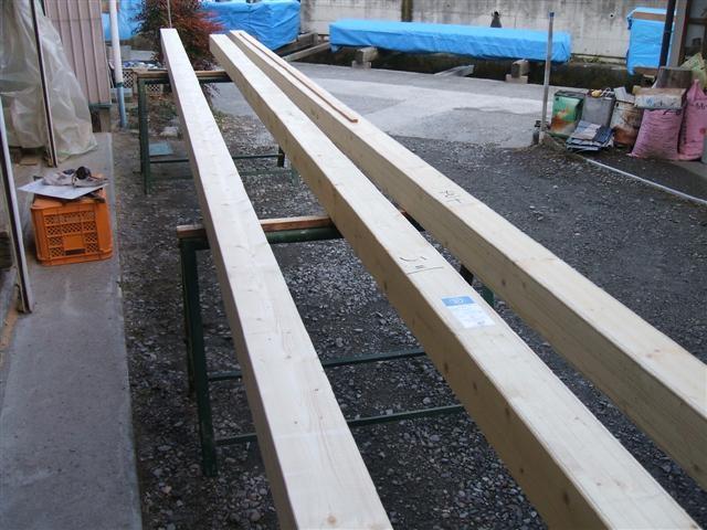 通常の2倍の長さ、通し柱です。家の1階と2階をつなぐ大事な柱です。