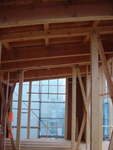 2階の梁は斜めに入っています、この梁で直接屋根の重みを受けます。