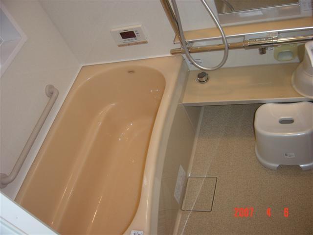 ユニットバス完成です。奥様と娘さんが選んだ浴槽がカワイイ感じです。