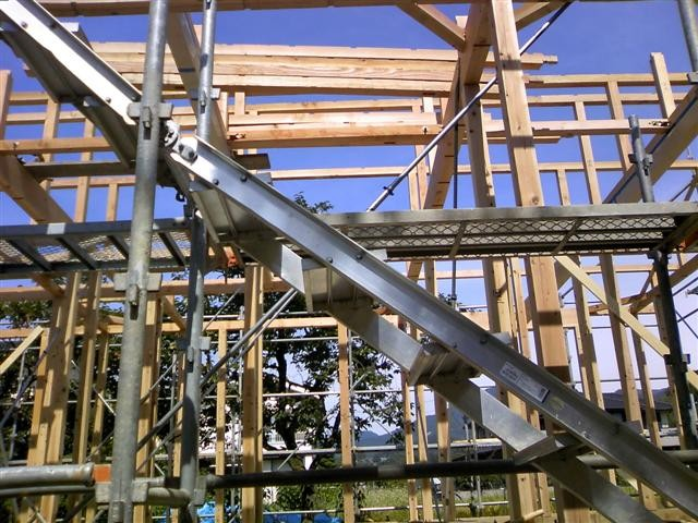 柱と梁を組終えて、屋根を支える母屋を組みます。