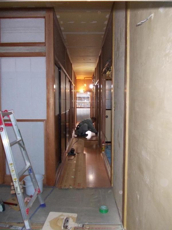 廊下床貼り作業中です。