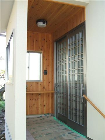 玄関の外は杉板をはりました、見栄えもよく、木の風合いが優しくて良いですよね。