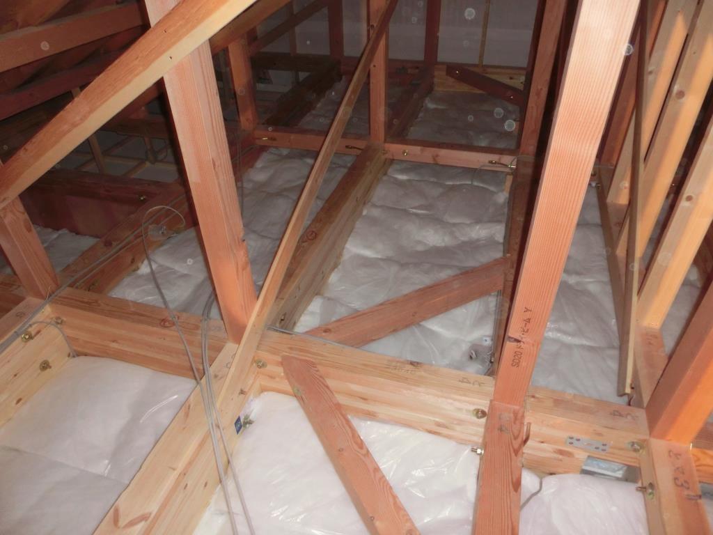 天井裏にも断熱材を敷き詰めました。