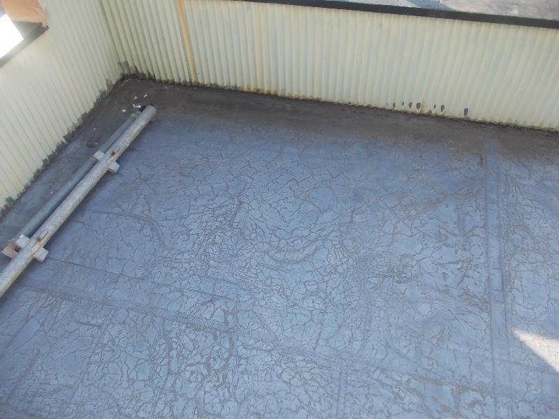 ベランダ床です。古くなり、防水が切れかかっています。再度防水工事を行います。