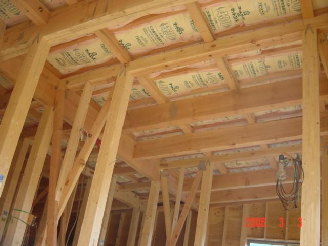 屋根のすぐ下、2階の梁の間には熱を伝わりづらくする為に、断熱材を敷きこみます。