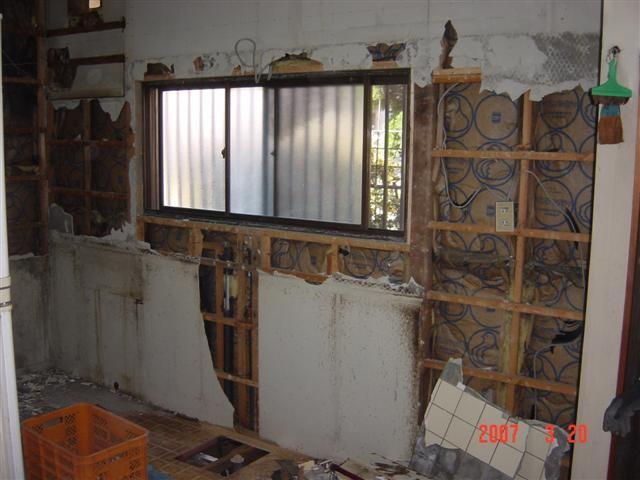 下地作りの為、壁を解体します。
