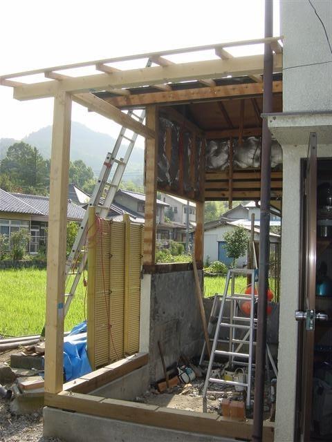 解体作業完了、増築部分の基礎を打って、壁、屋根下地を作業中。。